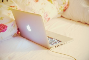 bed-chllin-cute-flowers-macbook-Favim.com-402384